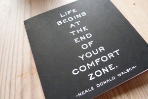 "Foto einer Karte mit dem Zitat ""Life begins at the end of your comfort zone"" von Neale Donald Walsh"
